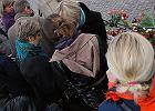 Tłumy, znicze i kwiaty pod Pałacem Prezydenckim