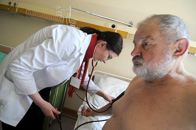 Systematyczne mierzenie ciśnienia pomaga wcześnie wykryć chorobę, zanim pojawią się jakiekolwiek objawy (na zdjęciu: Elżbieta Marcinkowska z kliniki nefrologii i chorób wewnętrznych szpitala im. Jurasza bada pacjenta)