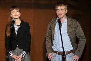 Gwiazdy serialu TVN nie mają czasu bywać na warszawskich salonach, ponieważ pracują w Krakowie. Chodzą za to na imprezy związane z serialem. Mamy zdjęcia z wernisażu z udziałem gwiazd.