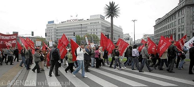 Pierwszomajowy poch�d na ulicach Warszawy w 2011 roku.