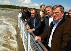 Od prawej: Bronis�aw Komorowski, Donald Tusk i wojewoda kujawsko-pomorski Rafa� Bruski podczas wizyty na tamie we W�oc�awku