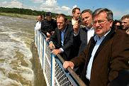 Od prawej: Bronisław Komorowski, Donald Tusk i wojewoda  kujawsko-pomorski Rafał Bruski podczas wizyty na tamie we Włocławku