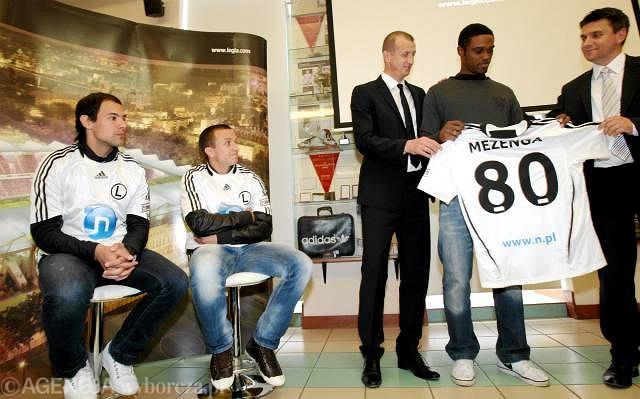 Letnie transfery Legii w 2010 roku prezentują Marek Jóźwiak (w srodku) i ówczesny prezes Leszek Miklas (z prawej)