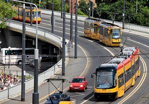 Komunikacja miejska jeździ czesto porównywalnie szybko co auta. Zyskuje za sprawą wydzielonych pasów i torowisk.