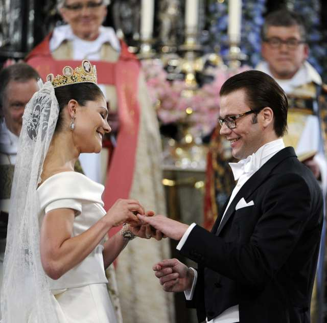 STOCKHOLM 2010-06-19   Crown Princess Victoria and Mr. Daniel Westling  during the wedding ceremony in Stockholm Cathedral in Stockholm, Sweden, June 19, 2010. Exchanging of the rings.  Foto: Pontus Lundahl / SCANPIX SWEDEN / kod 10050