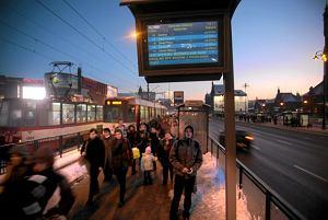 http://bi.gazeta.pl/im/8/8299/z8299948M,Elektroniczna-tablica-na-przystanku-tramwajowym-w.jpg