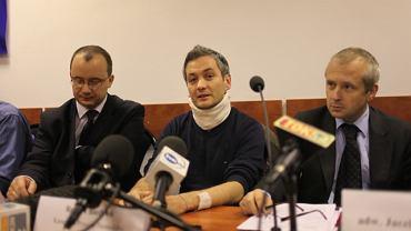 Robert Biedroń (w środku) podczas konferencji prasowej dzień po Święcie Niepodległości w 2010 roku