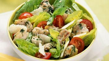Sałatka Cezar z kurczakiem i pomidorkami