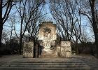 """Zdewastowali radziecki pomnik: """"2010 Putin i Tusk"""""""