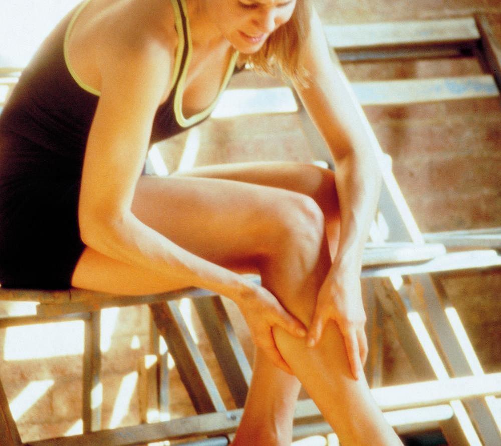 Skurcze mięśni kończyn dolnych mogą być wywołane nadmiernym wysiłkiem fizycznym (najczęstszy przypadek), napięciem mięśniowym podczas ciąży, utratą soli mineralnych lub, w poważniejszych przypadkach, chorobami neurologicznymi