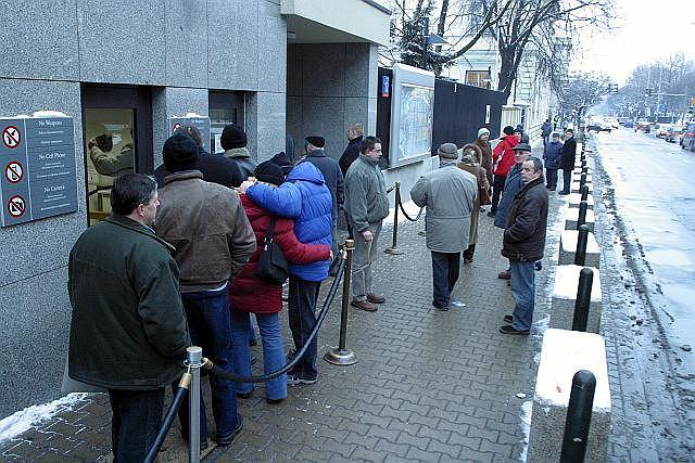 Kolejka przed ambasadą USA