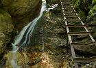 10 S�owacja: S�owacki Raj. Zbudowany z wapieni i dolomit�w krasowy p�askowy� w S�owackich Rudawach, jest poci�ty potokami, dolinami i w�wozami, kt�re czyni� ten teren bardzo atrakcyjnym celem dla turyst�w. Uroku dodaj� mu te� wysokie g�rskie wodospady, obok kt�rych prowadz� liczne szlaki turystyczne. Ca�o�� jest obj�ta ochron� parku narodowego. Odleg�o��: 100 km od Zakopanego.