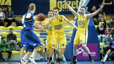 Koszykarze Asseco Prokom (zółte koszulki) przegrali z Anwilem