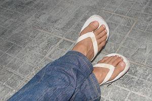 Piękne stopy latem? Pozbądź się halluksów
