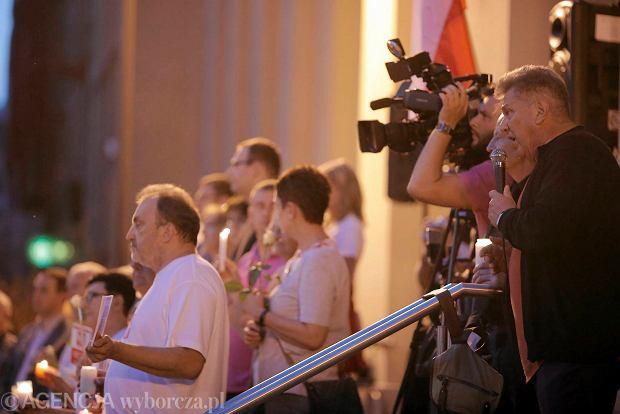 Zdjęcie numer 34 w galerii - Tłumy przed Sądem Okręgowym w Łodzi. Kolejny dzień protestów przeciwko zmianom PiS w sądownictwie [ZDJĘCIA]