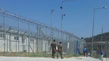 Obóz Moria widziany z zewnątrz. Wojsko zakazuje fotografowania i filmowania w obozie - wszystkie zdjęcia zostały wykonane przez uchodźców z ukrycia.