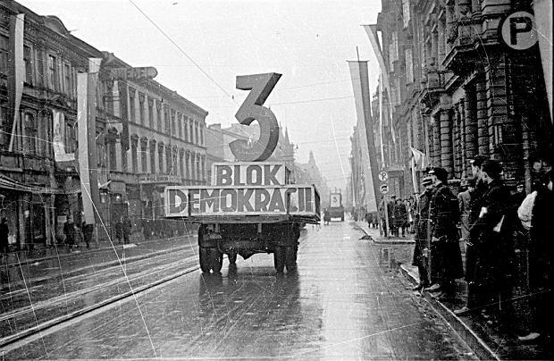 Styczeń 1947 r. Ulicą Piotrkowską w Łodzi jadą samochody agitujące za głosowaniem na Blok Demokratyczny, lewicową koalicję kontrolowaną przez komunistów