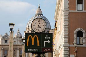 Papież poprosił go o pomoc bezdomnym. Polski arcybiskup dogadał się z McDonald's. Efekt?
