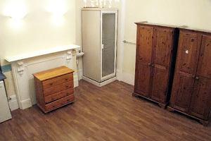 """Castingi na wynajem pokoju w Londynie. """"Nie spuszczaj wody po 22"""", prysznic w szafie"""