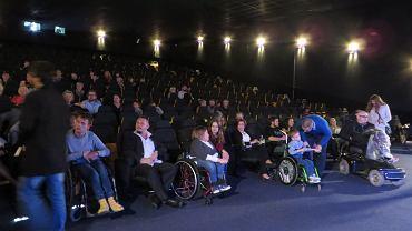 W poniedziałek (4 września) odbył się czwarty Festiwal Ty i Ja zorganizowany przez 'Stowarzyszenie bez Ograniczeń' wraz z Zespołem Szkół nr 19. Głównym celem wydarzenia w kinie Helios było zwiększanie świadomości o niepełnosprawności, kreowanie pozytywnego wizerunku osoby niepełnosprawnej, łamanie stereotypów. Wydarzenie rozpoczęło się od przywitania gości w sali kinowej oraz wręczenia statuetek gościom honorowym. Po oficjalnej części zostały wyświetlone filmy nawiązujące do tematyki niepełnosprawności. - W zaledwie parę minut obraz i muzyka potrafią wpłynąć na nasze zmysły, wyzwolić i rozbudzić skrajne emocje. Dla nas to najszybsza forma przekazu, opowiadania o niepełnosprawności - wyjaśniła Monika Kania, koordynatorka projektu. Podczas prezentacji filmów zastosowano w jednym z nich audiodeskrypcję. - Na co dzień nie zwracamy uwagi na filmy z audiodeskrypcją, a jest to bardzo pomocne dla osób niepełnosprawnych - przyznał jeden ze współorganizatorów. Pomiędzy filmami, zebrana widownia mogła posłuchać utworów w wykonaniu duetu córki i ojca - czyli Diany i Adama Rusinek. Gościem specjalnym festiwalu była Małgorzata Waszkiewicz - artystka malująca stopami zaprezentowała swoją twórczość i opowiedziała o swoim życiu. - Dzięki rozmowie z takimi ludźmi uświadamiamy sobie, że są tacy jak my. A nawet często są bardziej aktywni i im się bardziej chce czerpać z życia jak najwięcej - podsumowała Monika Kania.