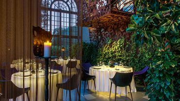 Dawna świetność i nowa jakość. Okna są zabytkowe, zasłona i balustrady powstały z modnych, nowoczesnych materiałów. Krzesła Phillipe'a Starcka.