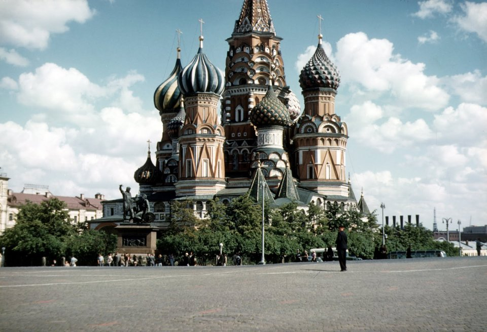 Zdj�cie numer 26 w galerii - W Warszawie ci�gle ruiny, ale Pa�ac Kultury ju� stoi. I jest jeszcze bia�y. Niesamowite zdj�cia Amerykanina