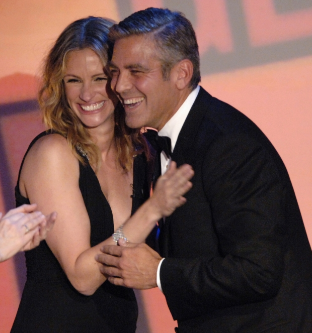 Actress Bonnie Hunt (L) and Julia Roberts (C) congratulate actor George Clooney after he received the 21st American Cinematheque Award in Beverly Hills, California October 13, 2006.  REUTERS/Phil McCarten (UNITED STATES)