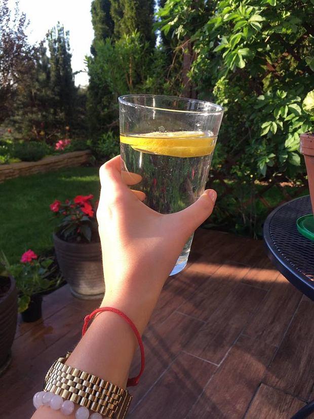 Woda z cytryną doskonale podkręca metabolizm i odkwasza organizm.