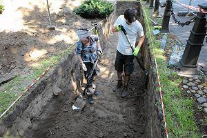 Ruszy�y ekshumacje na Pow�zkach. Szukaj� ofiar terroru