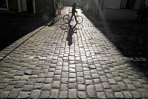 Jazda rowerem po zabytkowym bruku to katorga. W Poznaniu powstaną dywaniki?