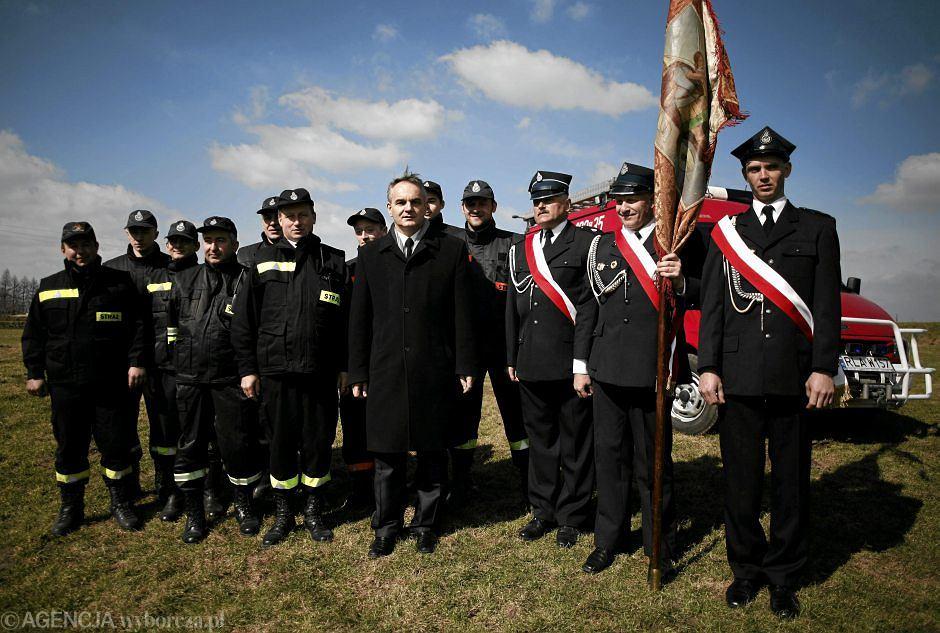 Waldemar Pawlak ze strażakami z Markowej - zdjęcie ilustracyjne