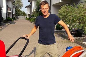 Marcin Mroczek na spacerze z synami