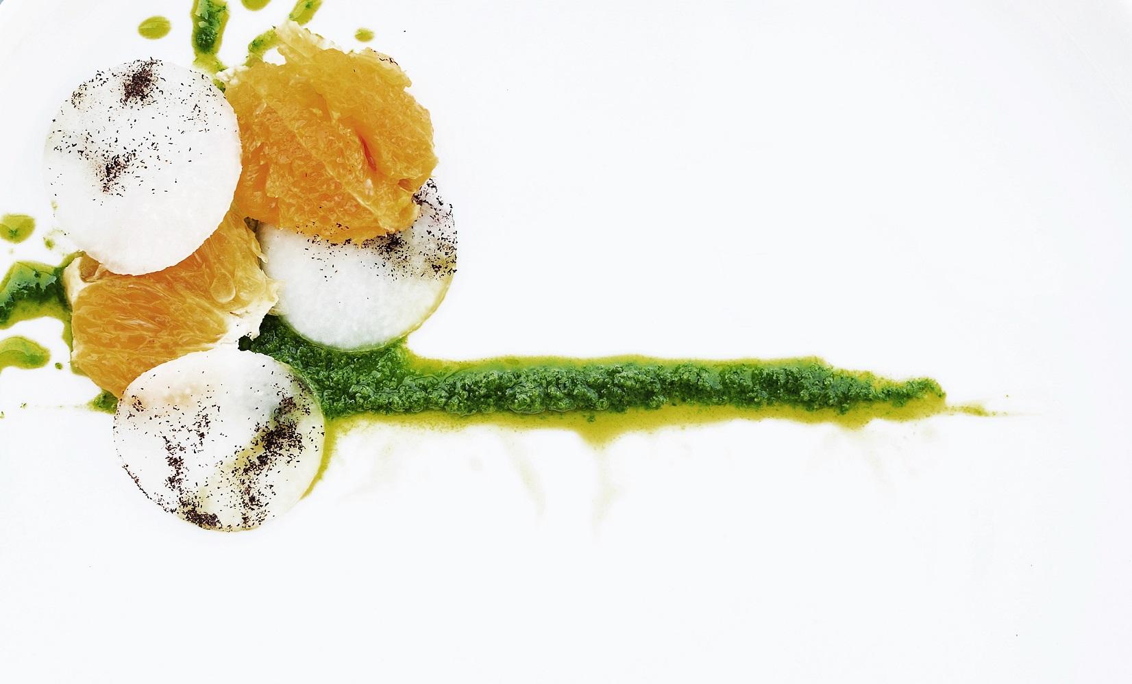 Apetyczne śniadanie: szczypior, pomarańcza, kalarepa, łuska gryczana (fot. Jagna Niedzielska / Architektura Kulinarna)