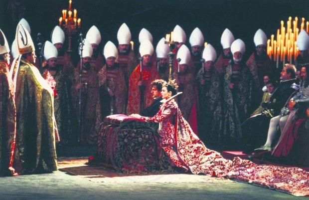 Kadr z filmu ''Królowa Margot'' ze sceną zaślubin Małgorzaty i Henryka Bourbona w reżyserii Patrice'a Chéreau (1994)