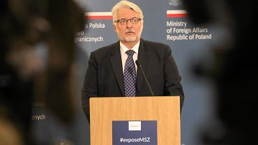 Minister spraw zagranicznych w rządzie PiS Witold Waszczykowski podczas konferencji prasowej, która urządził w sejmowym korytarzu w czasie gdy na Sali Plenarnej trwa debata nad corocznym expose MSZ
