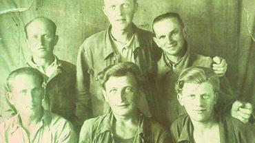 Maksymilian Harazim (stoi pierwszy z prawej) z kolegami na zsyłce w Aktiubińsku w Kazachstanie. Spośród widocznych na zdjęciu mężczyzn przeżył prawdopodobnie tylko on. Po powrocie opowiadał, że potrafił wytrzymać bez jedzenia nawet trzy dni, podczas gdy ''wszystkie pakowne chłopy'' szybko opadały z sił. Harazim był przerzucany w różne rejony Związku Radzieckiego. Pracował m.in. w kopalni - był drobny i szczupły, więc wciskał się w najciaśniejsze chodniki, gdzie nie dało się wchodzić nawet na klęczkach. Miał swój sposób - kładł się brzuchem na ''hercówie'' (dużej łopacie) jak dziecko na sankach i zjeżdżał po pochylni