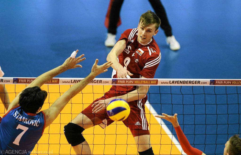 Atakuje Mateusz Bieniek podczas meczu Polska - Serbia