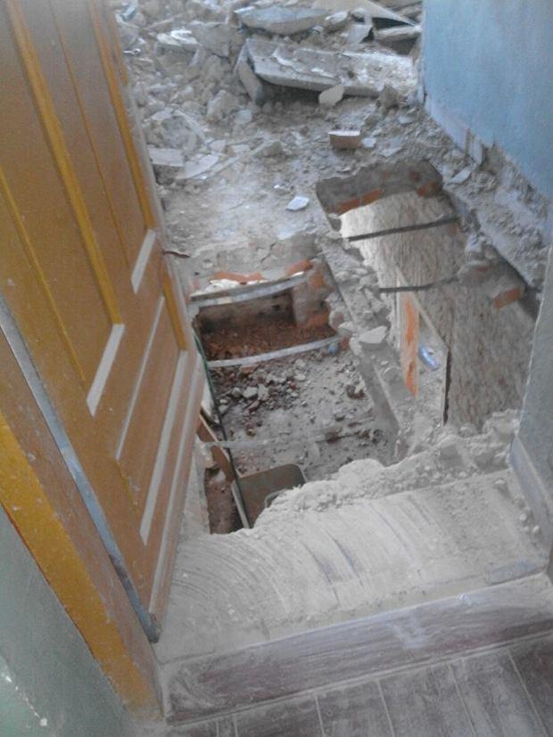 Dziura w podłodze łazienki kamienicy na Łochowskiej 38B