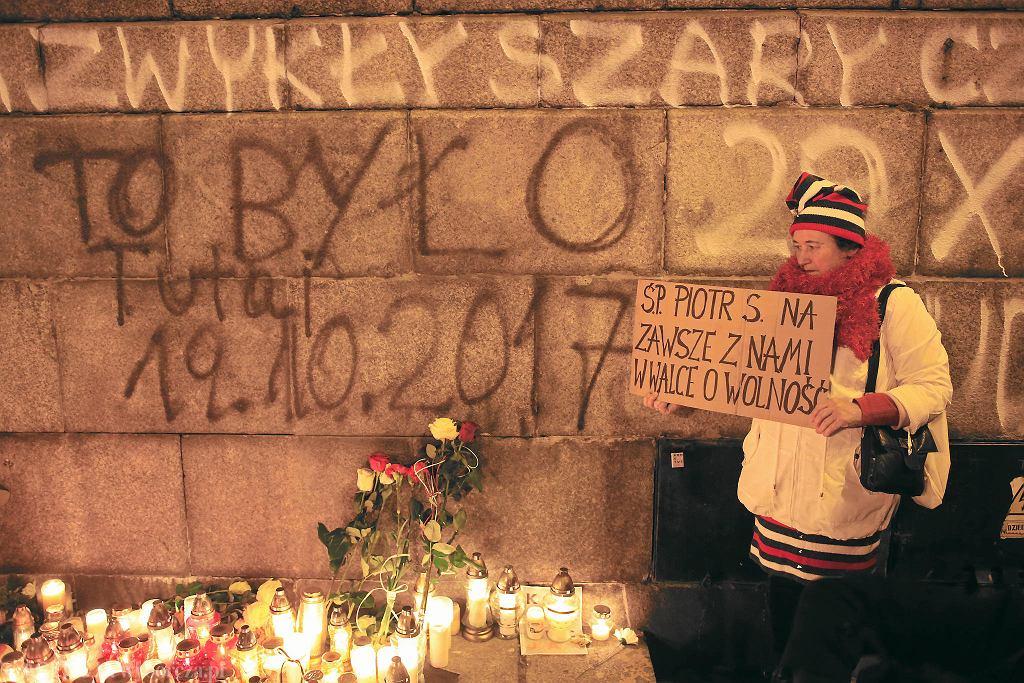 Znicze w miejscu, gdzie podpalił się Piotr Szczęsny - 30 października
