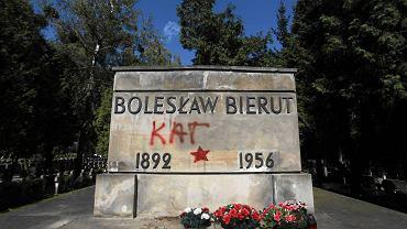 Grobowiec Bolesława Bieruta na Powązkach zbezczeszczony przez działaczy 'Łączki'