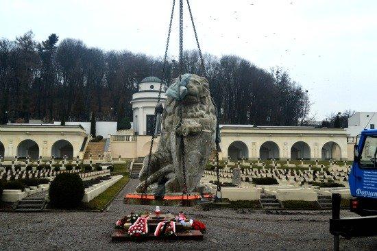 Dwie zabytkowe rzeźby lwów tułaczych z Cmentarza Orląt Lwowskich we Lwowie powróciły 17 grudnia 2015 na swoje dawne miejsce. Zostały stamtąd usunięte w latach 70. ubiegłego wieku przez władze sowieckie