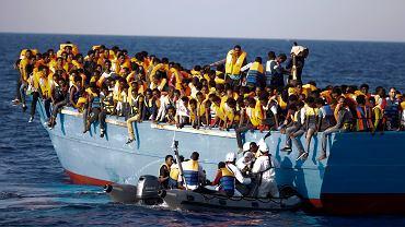 Włoskie służby ratują  kobietę z przepełnionej łodzi z uchodźcami, 29 sierpnia 2016