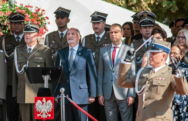 Macierewicz podczas promocji żołnierzy: To dla was zaszczyt, że dzisiejsza data przypomina o poległych pod Smoleńskiem
