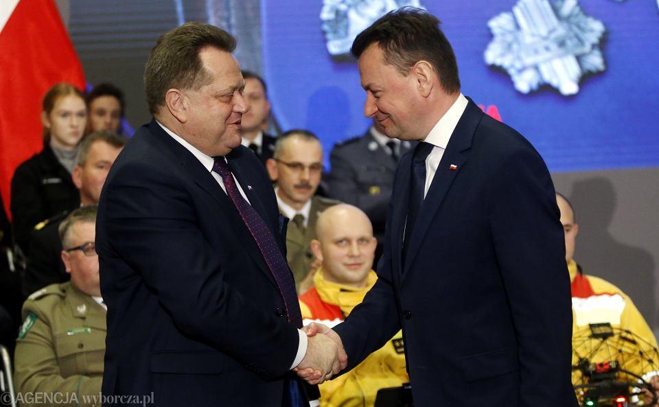 Wiceminister spraw wewnętrznych Jarosław Zieliński i minister spraw wewnętrznych Mariusz Błaszczak podczas podsumowania 2 lat swojej pracy w MSWiA, po dwóch latach rządów PiS, 15 listopada 2016.