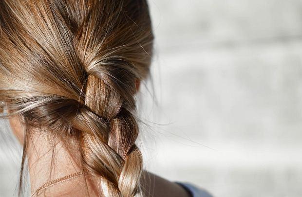 Fryzjer Piotr Wasiński wspomina, że jego mama ucierała żółtko z olejem rycynowym i kładła na włosy. Niestosowanie odżywki to według niego główny błąd Polek w pielęgnacji włosów