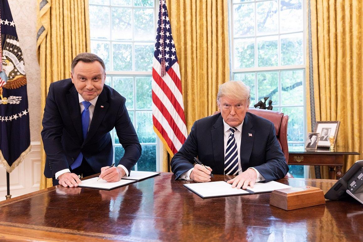 """Duda na stojąco podpisywał dokument w Białym Domu. """"Miło, że Trump się trochę przesunął"""""""