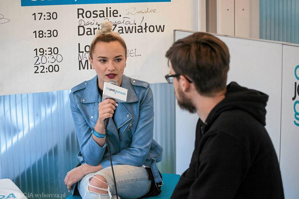 Natalia Nykiel w newsroomie CJG24 na Orange Warsaw Festivalu / DAWID ŻUCHOWICZ