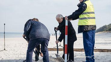 Uroczystość wkopania ostatniego słupka geodezyjnego wyznaczającego przebieg Przekopu Mierzei Wiślanej, który ma połączyć Zalew Wiślany z morzem Bałtyckim.