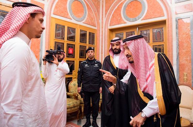 Od lewej: Syn Jamala Khashoggiego, król Salman. Za nimi stoi książę bin Salman. Zdjęcie zrobiono, gdy król Arabii Saudyjskiej razem z synem składali kondolencje po śmierci dziennikarza