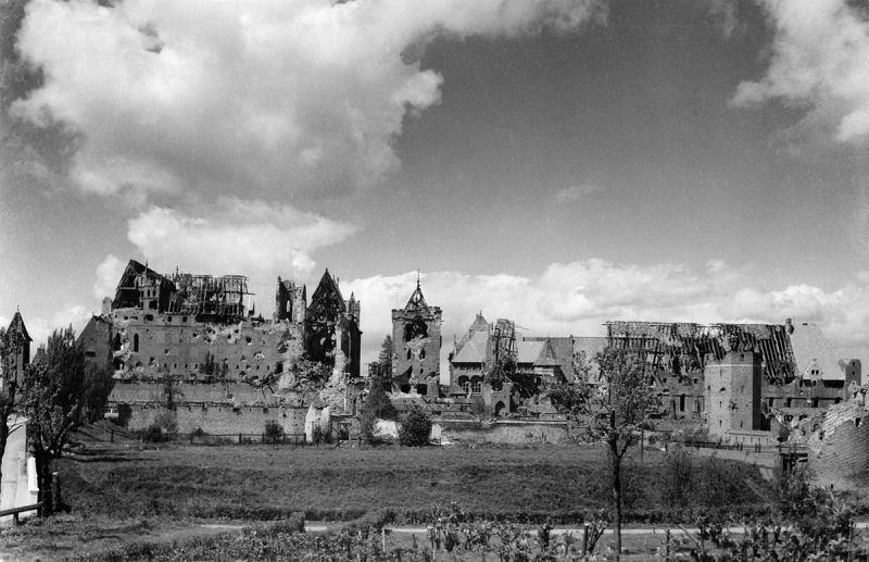 Zdjęcie numer 1 w galerii - Tak odbudowywano po wojnie zamek w Malborku [ZDJĘCIA]